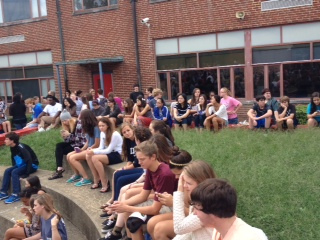 Students find places to sit in the senior circle as they await the performance by the Patriot Singers.