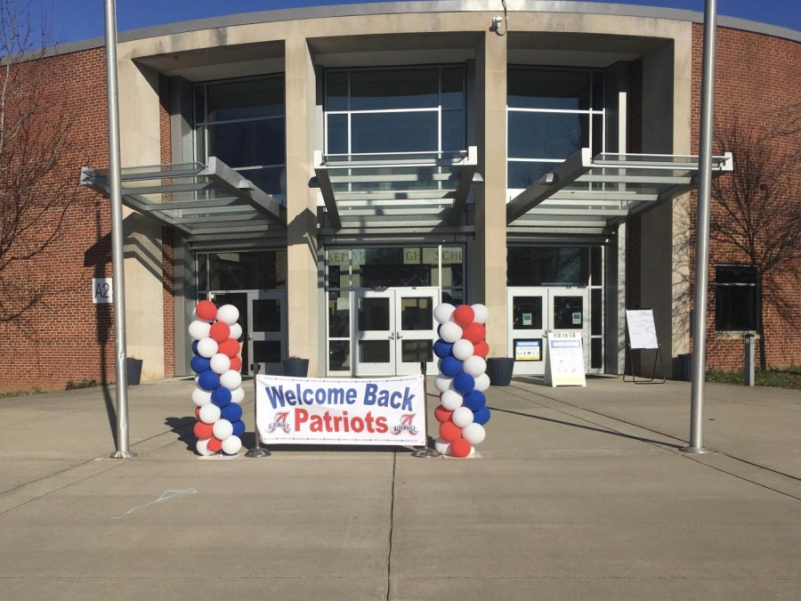 A banner and balloon columns welcome back ninth grade students on March 10.